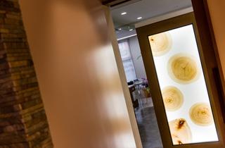 大川ならではの木目パネルのある診察室入口