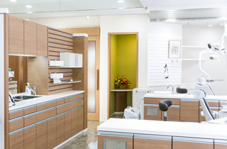 診察室も木目を使って温かみがあります。