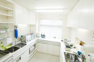 滅菌をしっかりと行い器具を清潔にする消毒室