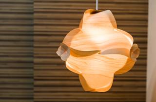 地元大川で作られた天然木を使ったランプ